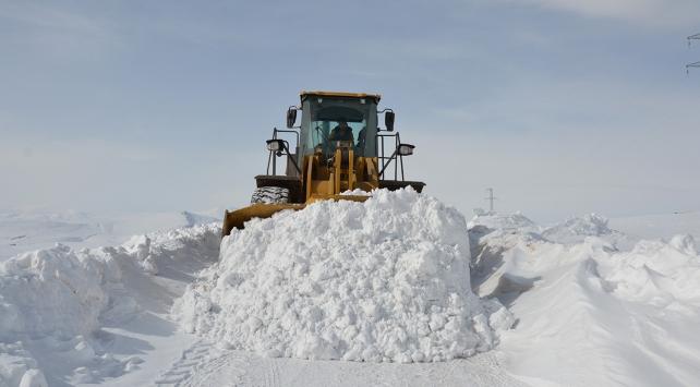 Karla kapanan yolları 4 günlük çalışma sonunda açtılar