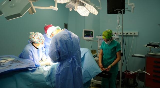 Hindistanda bir kadından 54 kilogram tümör çıkarıldı