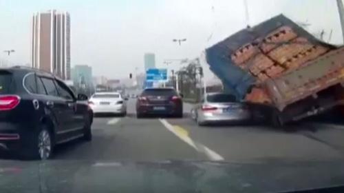 Otomobil tuğlaların altında kaldı