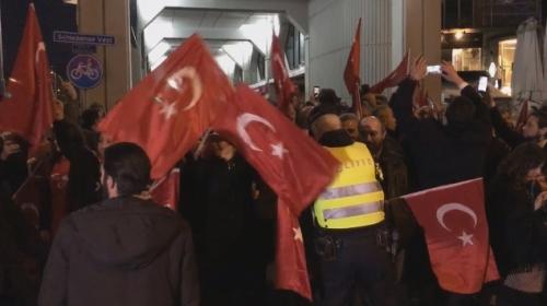 Hollanda polisi konsolosluk önünde toplanan gurbetçilere müdahale etti