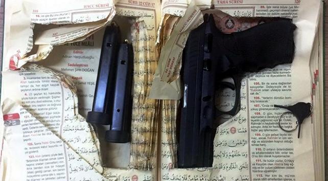 Kuran içerisine gizlenmiş silah ele geçirildi