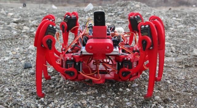 Hurda malzemelerle Örümcek Robot tasarladılar