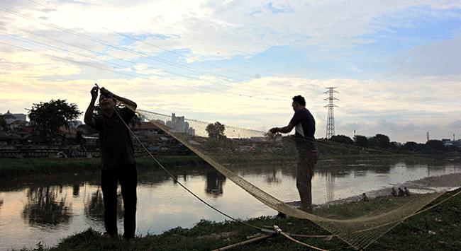 Cakartada yüzlerce kişi karnını kirli nehirde doyuruyor