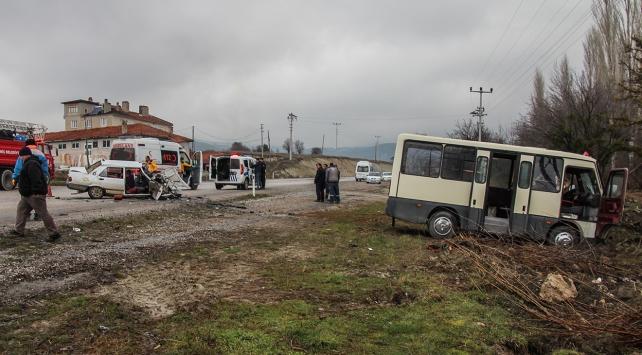 İşçi servisiyle otomobil çarpıştı: 1 ölü, 13 yaralı