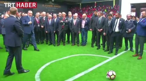 Cumhurbaşkanı Erdoğandan Fransız efsaneye penaltı golü