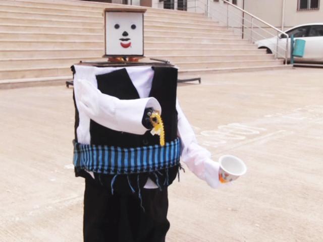 Lise öğrencisi atık malzemelerle robot yaptı