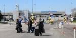 Seçmenler Bulgaristan sınırını yürüyerek geçiyor