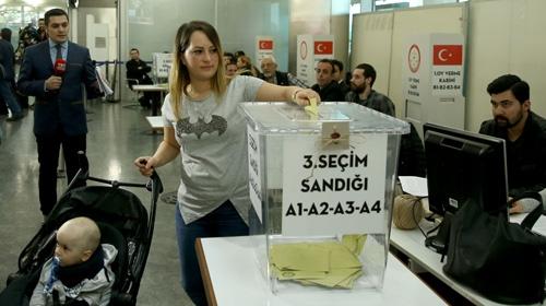 Havalimanlarında oy kullanma işlemi başladı