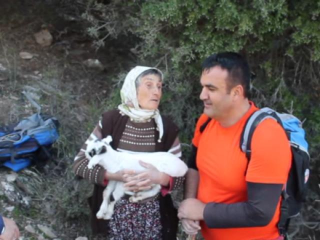 Kayalıklarda mahsur kalan anne ve yavru keçinin kurtarılma anı...