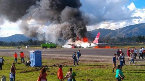 Alev alan yolcu uçağı küle döndü