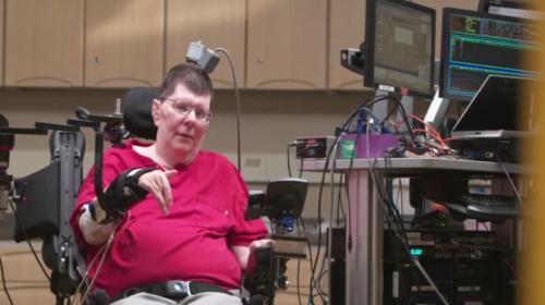 Beyine yerleştirilen çip sayesinde felçli hastaya umut oldular