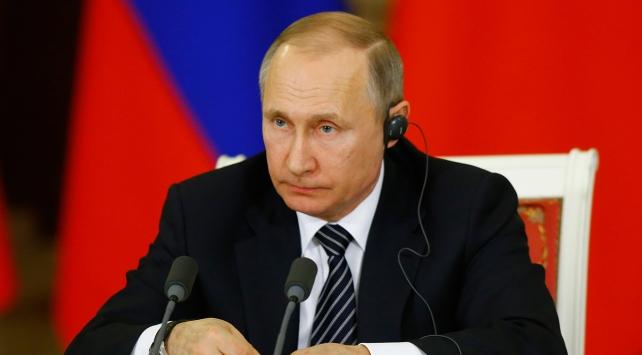 """Putin, sözünü kesen sunucuyu """"Almanca"""" azarladı"""