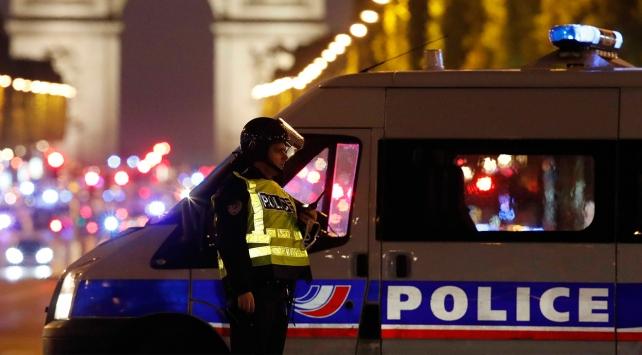 Fransanın başkenti Pariste polise saldırı
