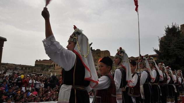 Dünya çocuklarından dans gösterisi