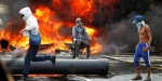 Venezuelada göstericiler ana yolları ateşe verdi