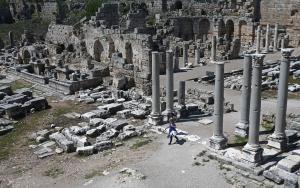 Antalya Valisi Karaloğlu Perge Antik Kentini gezdi