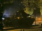 Bir yaşındaki bebeğiyle önüne geçtiği tankı durdurdu