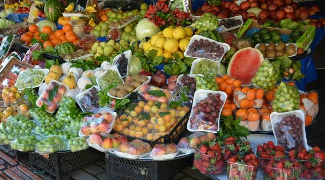 Tezgahlar yaz meyveleriyle rengarenk
