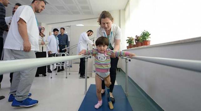 Minik Özge fizik tedavi merkezine başladı