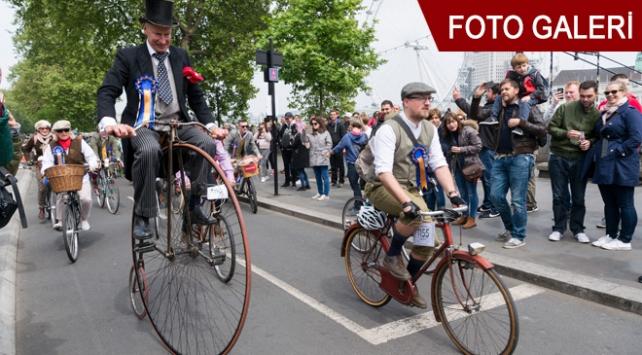 Londrada tüvit ceketli bisikletçiler pedal çevirdi