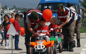 Minik öğrencilere akülü arabayla trafik eğitimi