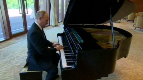 Putin'den piyano şovu