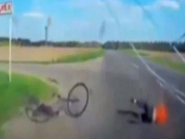 Bisikletli metrelerce savruldu