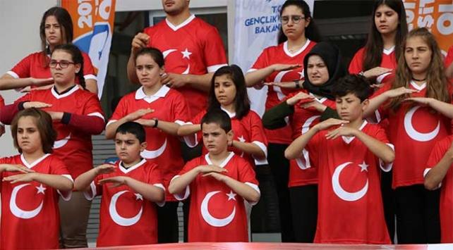 İstiklal Marşını işaret diliyle söylediler