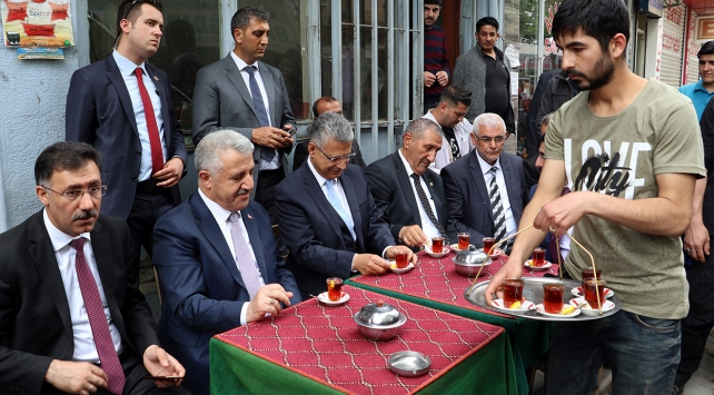 Bakan Arslan esnafla çay içip sohbet etti