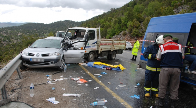 Kamyonet karşı yönden gelen otomobille çarpıştı: 1 ölü, 4 yaralı