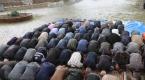 Duasını yaparken yağmura yakalandılar