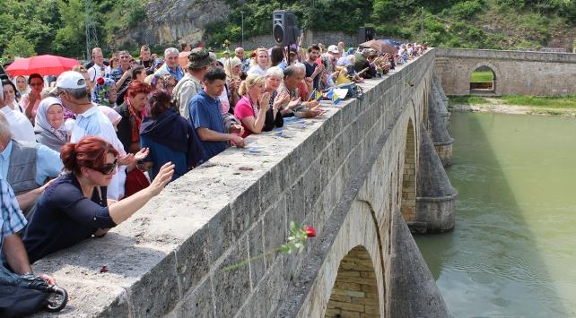 Bosna Savaşının kurbanları 3 bin gülle anıldı