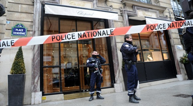 Pariste jandarma aracına çarpan zanlının evinde patlayıcı bulundu