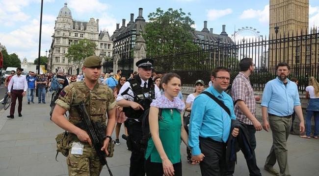 Londrada önemli binaları silahlı askerler koruyor