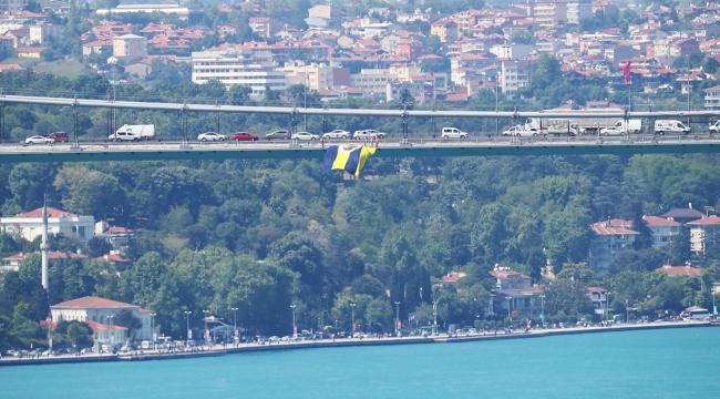 İstanbuldaki köprüler Fenerbahçe bayraklarıyla süslendi