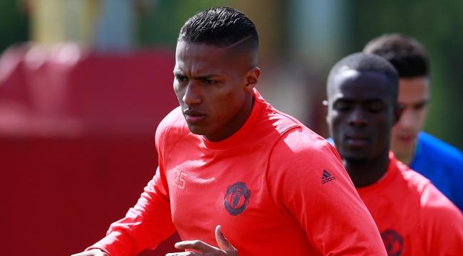 Manchester United, Valencianın sözleşmesini uzattı
