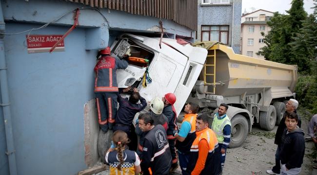 İstanbulda tır binaya çarptı: 1 yaralı