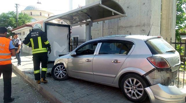 Otomobil, durakta bekleyen öğrencilere çarptı