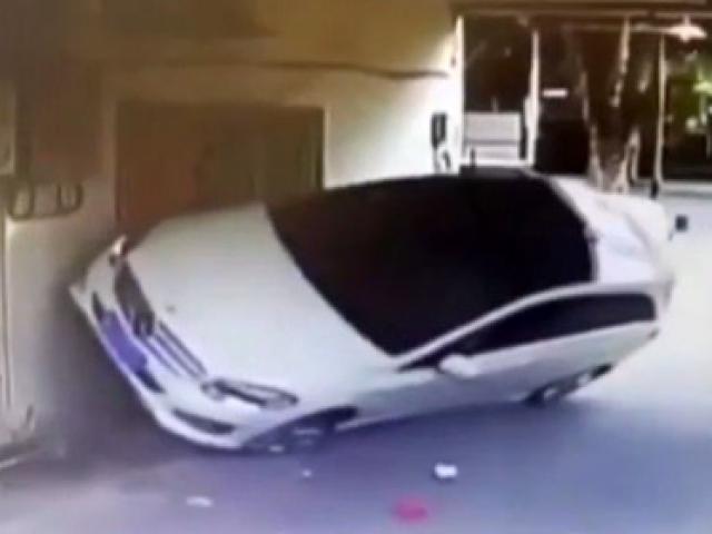 Kadın sürücü duvara çıktı