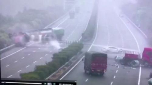 Çin'de inanılmaz zincirleme kaza!