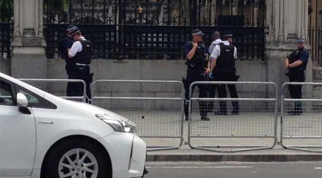 Londrada parlamento önünde gözaltı