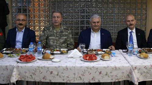 Başbakan Yıldırım, Licede askerlerle sahur yaptı
