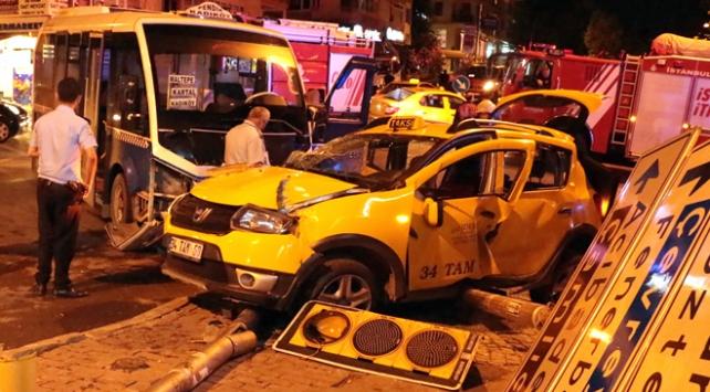 İstanbulda minibüs taksiyle çarpıştı