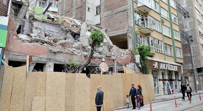 Kentsel dönüşüm çalışmasında yan binanın duvarı yıkıldı