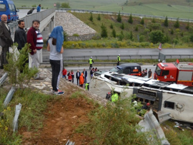 Çorumda yolcu otobüsü üst geçitten düştü: 48 yaralı