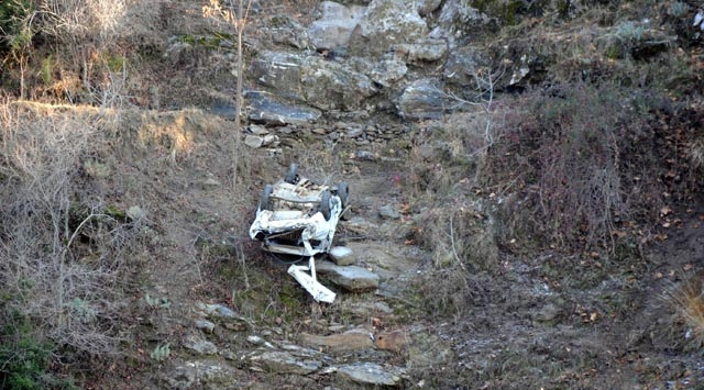 Otomobil 40 Metrelik Uçuruma Yuvarlandı