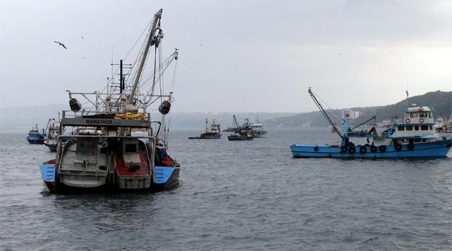Fırtınaya yakalanan balıkçılar limana sığındı