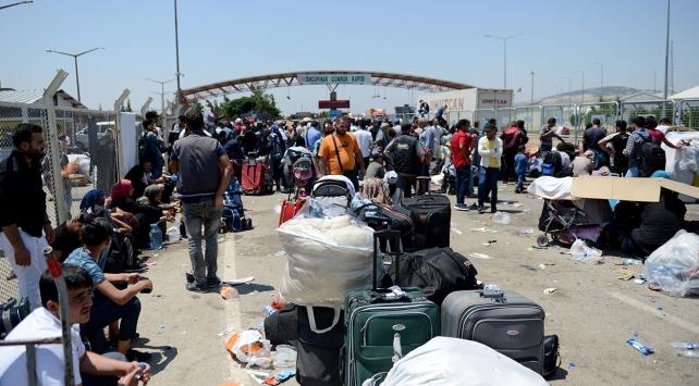 Bayramı ülkelerinde geçirmek isteyenler sınır kapılarına akın etti