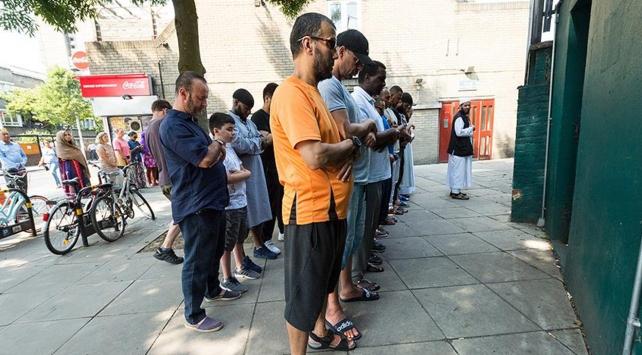 Londradaki yangında ölenler için gıyabi cenaze namazı kılındı