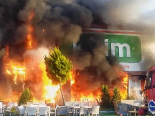 İzmirde bir AVM kül oldu